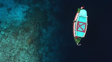 barca bicocca in mezzo al mare